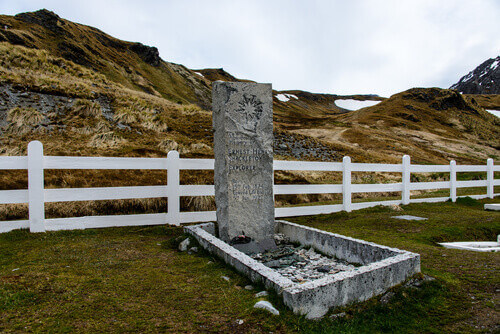 Sir Ernest Shackletons grave in South Georgia in Antarctica